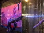 Gemälde: Der rote Platz von Montepulciano, Bronzefigur von Objekt Tanz